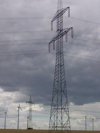 Hochspannungsleitung und Windgeneratoren bei Nauen Foto © ho