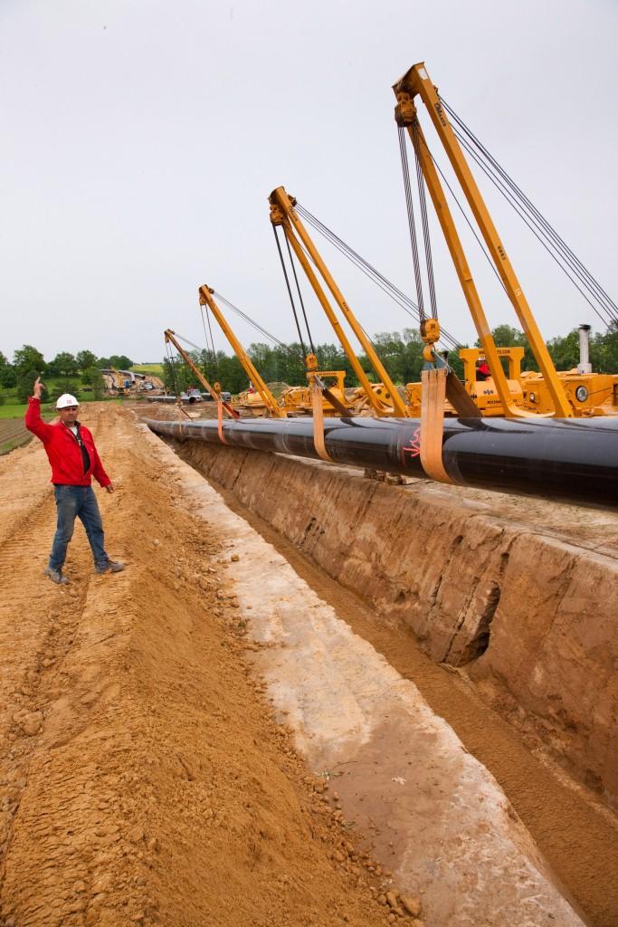 OPAL: Beiersdorf während der Bauarbeiten, Blickrichtung Nord, Dirigent Kaposta Lajos koordiniert die Rohrstrang-Absenkung Foto © Wintershall