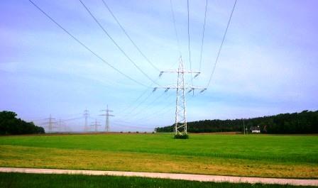 Strommasten und Bio im Brandenburgischen - Foto © 20140506 Gerhard Hofmann_Agentur Zukunft