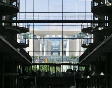Legislative und Exekutive - das Bundeskanzleramt vom Paul-Löbe-Haus aus gesehen - Foto © Gerhard Hofmann für Solarify