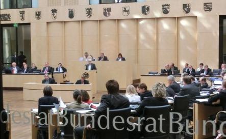 Bundesratsplenum mit Schrift auf Glas - Foto © Gerhard Hofmann, Agentur Zukunft