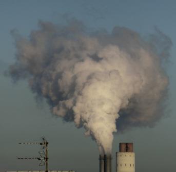 Rauchfahne des Kohlekraftwerks Reuter West, Berlin - Foto © Gerhard Hofmann, Agentur Zukunft für Solarify