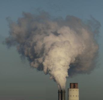Rauchfahne des Kohlekraftwerks Reuter West, Berlin - Foto © Gerhard Hofmann, Agentur Zukunft