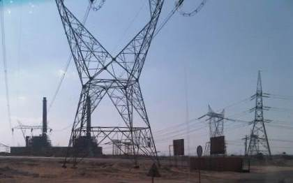 Strommasten und Kraftwerk in ägyptischer Wüste - Foto © Gerhard Hofmann, Agentur Zukunft 20111104
