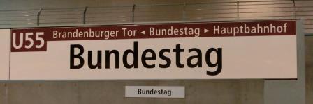 Bundestag - Schild im U-Bahnhof - Foto © Gerhard Hofmann, Agentur Zukunft