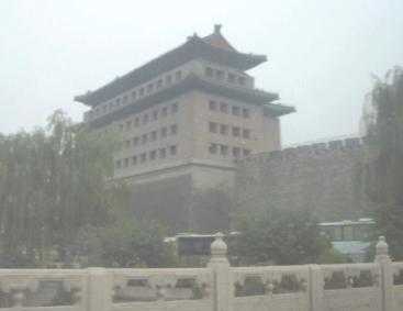 Stadttor von Peking im Smog - Foto © Gerhard Hofmann, Agentur Zukunft