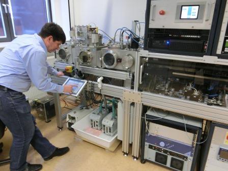 Bernd Rech im Labor im HZB-Institut für Si-PV 4 - Foto © Gerhard Hofmann, Agentur Zukunft