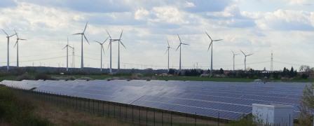 Wind und PV bei Bitterfeld - Foto © Gerhard Hofmann, Agentur Zukunft für Solarify