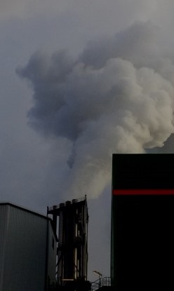Rauch-Wasserdampffahne des Müllkraftwerks Berlin-Ruhleben - Foto © Gerhard Hofmann, Agentur Zukunft