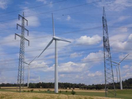 Windgeneratoren und Strommasten bei Pfalzfeld, Hunsrück - Foto © Gerhard Hofmann, Agentur Zukunft_20150626