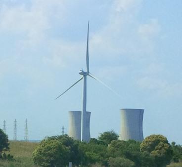 Frannzösischer Energiemix - AKW Tricastin, Rhone, mit Windgenerator - Foto © Gerhard Hofmann, Agentur Zukunft 20150711