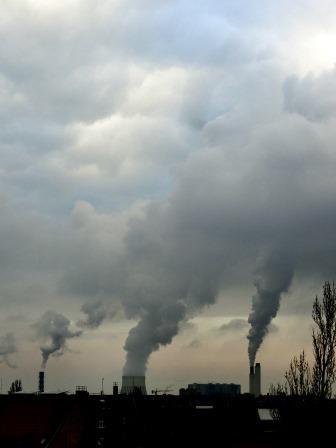 Rauch-Wasserdampf-Fahne Kraftwerke Reuter-West und Müllverbrennungsanlage, Berlin - Foto © Gerhard Hofmann, Agentur Zukunft