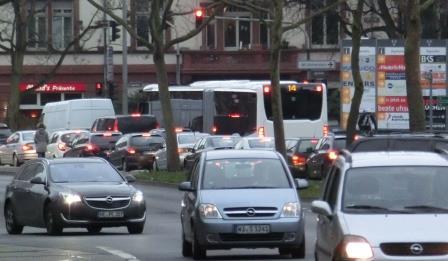 Straßenverkehr-in-Wiesbaden-Foto-©-Gerhard-Hofmann-Agentur-Zukunft für Solarify