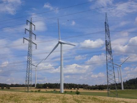 Stromnetz und Windgenerator bei Pfalzfeld, RLP - Foto © Gerhard Hofmann, Agentur Zukunft für Solarify