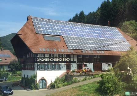Schwarzwaldhaus mit PV-Dach - Foto © Gerhard Hofmann, Agentur Zukunft 20150809