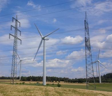 Windturbinen und Strommasten bei Pfalzfeld, Eifel - Foto © Gerhard Hofmann, Agentur Zukunft, für Solarify