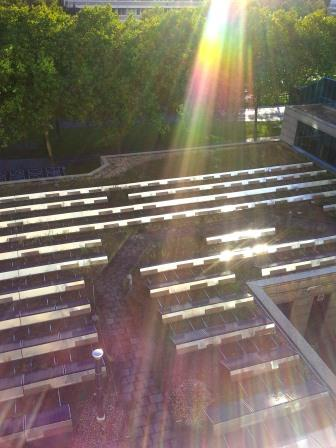 PV auf Dach des Tagungs-Saals des Bonner Maritim-Hotels - Foto © Gerhard Hofmann, Agentur Zukunft 20150914_183248