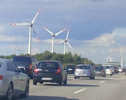 Zähflüssiger Verkehr vor Windgeneratoren - Foto © Gerhard Hofmann, Agentur Zukunft