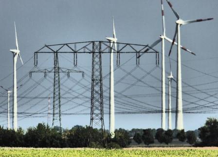 Hochspannungsmasten und Windenergie -Foto-© Dieter Fichtner, Agentur Zukunft für Solarify