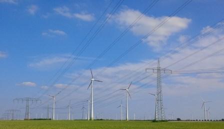 Wind-Strommasten bei Nauen - Foto © Gerhard Hofmann, Agentur Zukunft