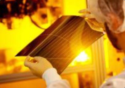 Solarfolienstück aus der Produktion - Foto © Tim Deussen, heliatek.com