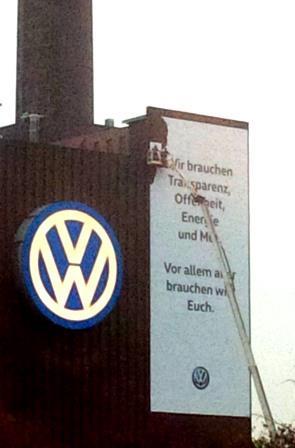 VW-Transparent 'Wir brauchen Euch'- Foto © Gerhard Hofmann, Agentur Zukunft 11.11.2015