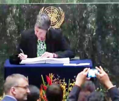 Barbara Hendricks unterschreibt - Screenshot © webtv.un.org
