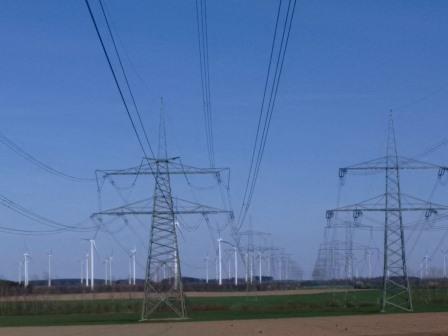 Windgeneratoren, Hochspannungsleitungen bei Dahme, Mark - Foto © Gerhard Hofmann, Agentur Zukunft, 20160402