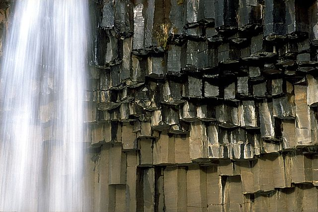 Basaltsäulen am Svartifoss, Island - Foto © Andreas Tille - Eigenes Werk, CC-BY-SA 4.0, commons.wikimedia