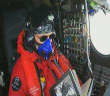 Piccard im Cockpit während des Atlantig-Überflugs - Screenshot © solarimpulse.com