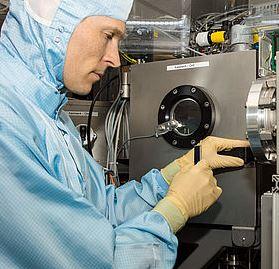 ZSW-Forscher im Labor mit Weltrekordsolarzelle - Foto © ZSW