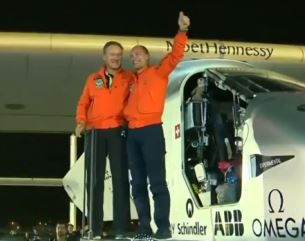 André Boschberg und Bertrand Piccard in Abu Dhabi - Screenshot © Solar Impulse
