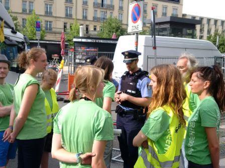Greenpeace-Aktivisten diskutieren vor EU-Haus mit Polizisten, Berlin - Foto © Gerhard Hofmann, Agentur Zukunft für Solarify 20160711