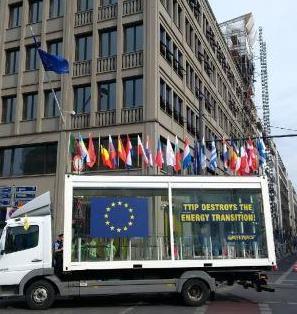 Greenpeace-TTIP-Demo vor EU-Haus, Berlin - Foto © Gerhard Hofmann, Agentur Zukunft für Solarify 20160711