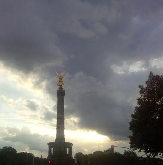 Wolkenformation über Siegessäule, Berlin - Foto © Gerhard Hofmann, Agentur Zukunft für Solarify