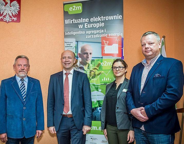 anbindung-der-biogasanlage-grzmiaca-an-das-vkw-der-e2m-tadeusz-hajkowicz-gemeindevorsteher-andreas-kuhlmann-dena-chef-monika-lenar-gf-e2m-handel-foto-e2m