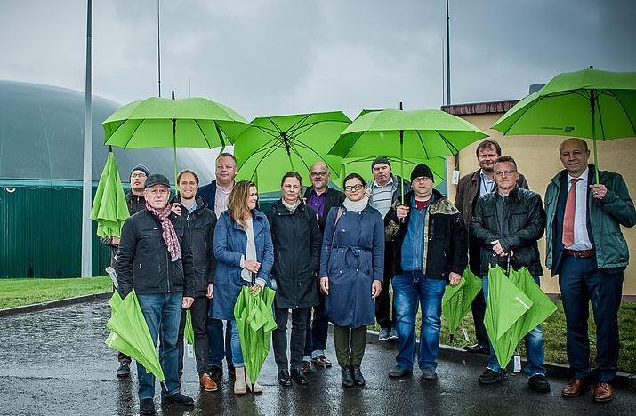 polnische-und-deutsche-gaeste-vor-biogasanlage-grzmiaca-re-dena-chef-andreas-kuhlmann-foto-e2m