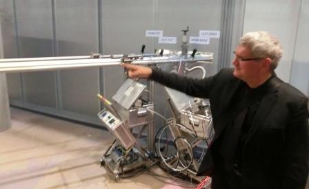 robert-schloegl-zeigt-die-strahlrohre-zwischen-emil-und-bessy-ii-foto-gerhard-hofmann-agentur-zukunft-fuer-solarify