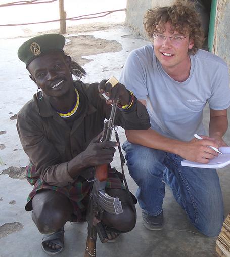 janpeter-schilling-im-gespraech-mit-einem-dorfbewohner-in-nordwestkenia-foto-privat