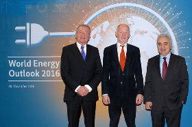 Staatssekretär Rainer Baake (Mitte), Exekutivdirektor der Internationalen Energieagentur (IEA), Dr. Fatih Birol (rechts) und Dr. Uwe Franke, Präsident des Weltenergierats Deutschland © BMWi/Andreas Mertens