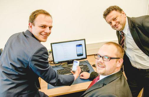 Philip Dost, Christoph Degner und Constantinos Sourkounis (von links) stecken hinter der neuen App. © RUB, Marquard