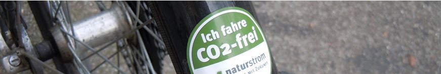 """Ich fahre CO2-frei"" Fahrradplakette - © Naturstrom"