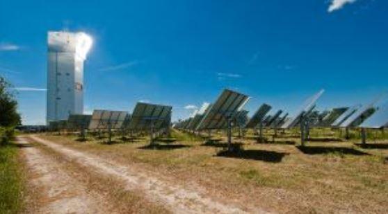 Die Technologie, um Sonnenwärme in der chemischen Bindung von Schwefel zu speichern, wird unter realen Bedingungen im Sonnenturm Jülich erprobt werden. (Foto © DLR)