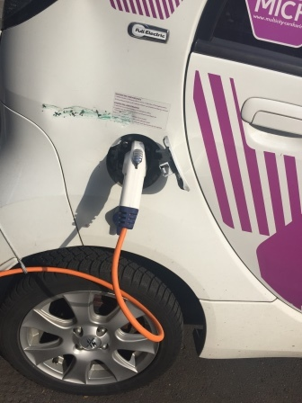 E-Auto wird geladen - Foto © Agentur Zukunft für Solarify