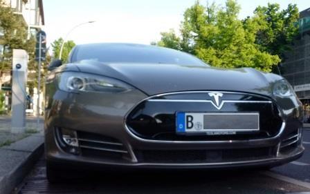 Tesla an der Ladesäule - Foto © Gerhard Hofmann für Solarify