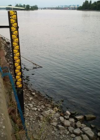 Niedrigwasser am Rhein bei Wiesbaden am 03.08.2018 - kein Pegel mehr - Foto © Gerhard Hofmann für Solarify