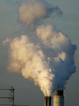 Luftverschmutzung: Rauch- und Wasserdampf-Emissionen in Berlin - Foto © Agentur Zukunft für Solarify