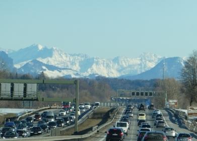 Abgase und Alpenluft: Stau auf A8 bei Miesbach in Bayern - Foto © Gerhard Hofmann für Solarify