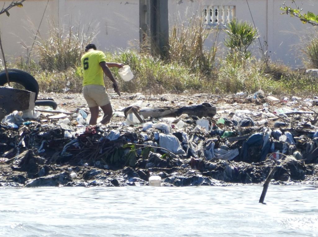 Plastikmüll am Strand von Havana, Kuba - Foto © Gerhard Hofmann für Solarify