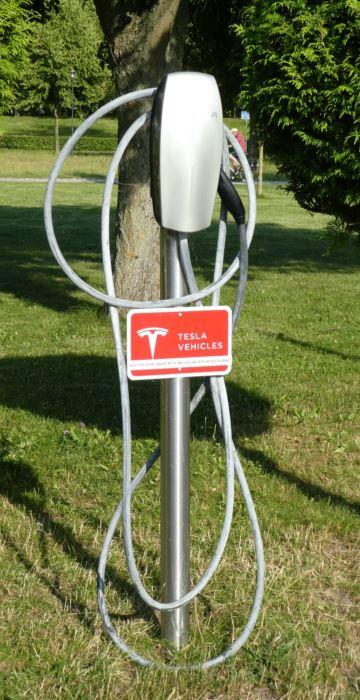 Tesla-Ladesäule in Neustrelitz - © Gerhard Hofmann für Solarify